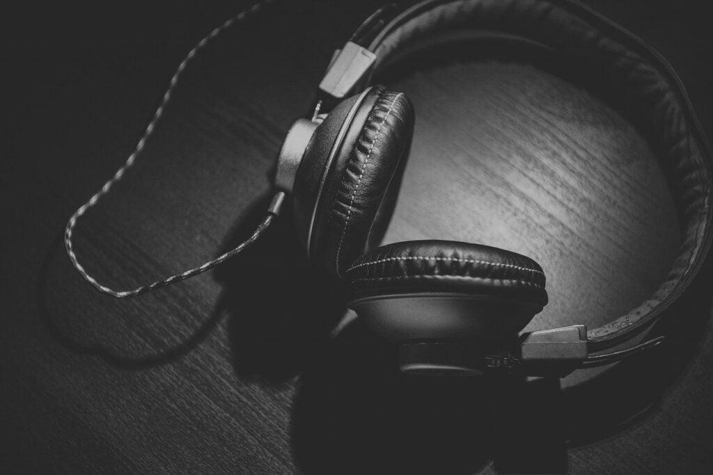 headphones, headset, audio-690685.jpg